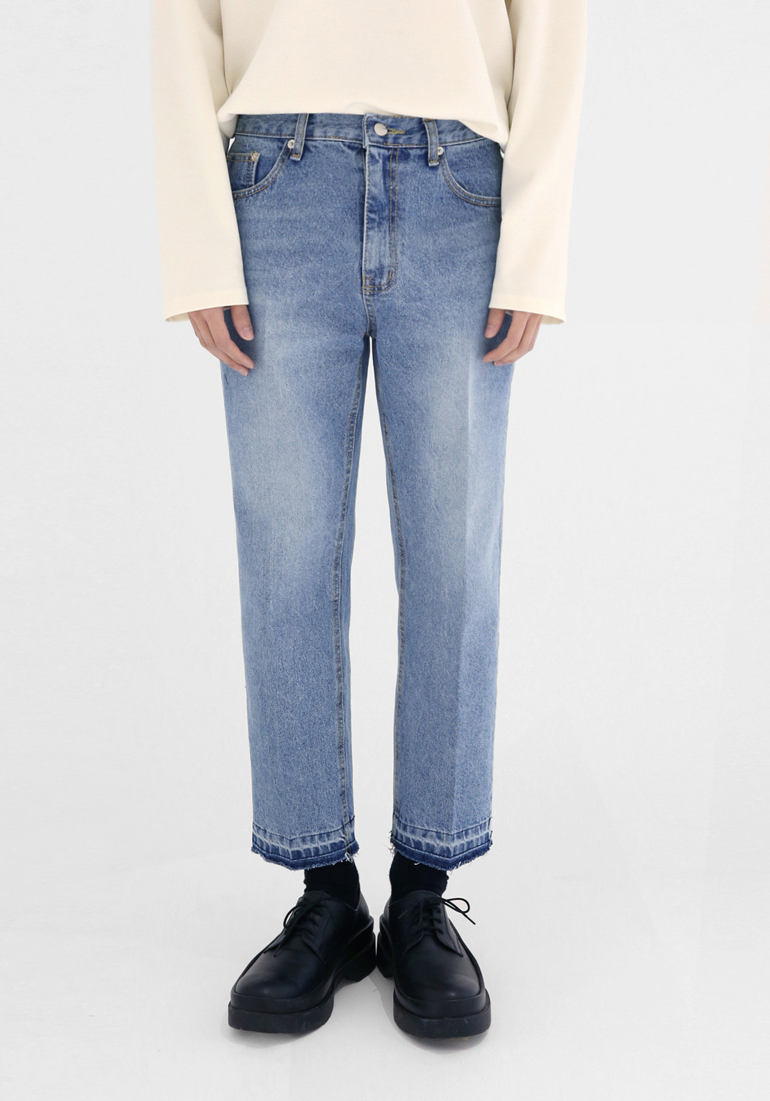 V306 MOMOS REGULAR CROP CUTTING DENIM PANTS  LIGHT BLUE
